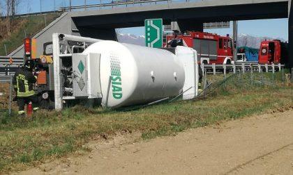 Camion cisterna si ribalta sull'autostrada A5: Torino-Aosta