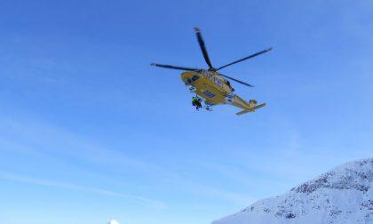 Maestro di sci cade dall'elicottero e muore