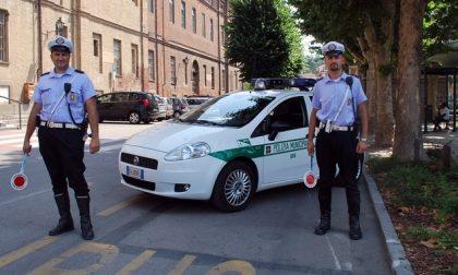 Circola con targhe false: i Carabinieri gli sequestrano il furgone.