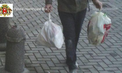 40enne di Bra catturato dalle telecamere mentre abbandona rifiuti