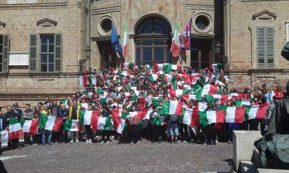 300 bandiere italiane agli studenti delle scuole elementari di Bra