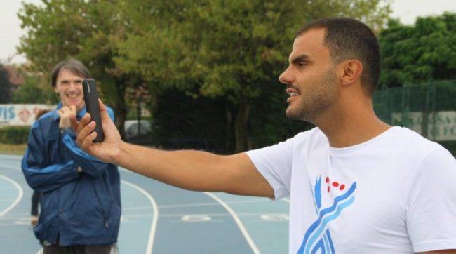 L'atleta paralimpico Daniele Cassioli con bambibni e ragazzi ipovedenti e ciechi a Fossano FOTO