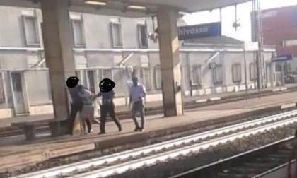 Molestano una ragazza sul treno, fermati dai carabinieri con lo spray urticante