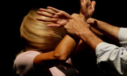 Chiusa a chiave in casa si frattura i piedi per scappare, marito condannato