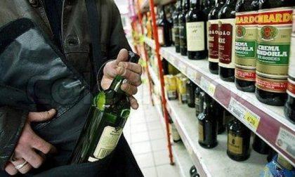 24enne ruba bottiglia di liquore a aggredisce vigilante al supermercato