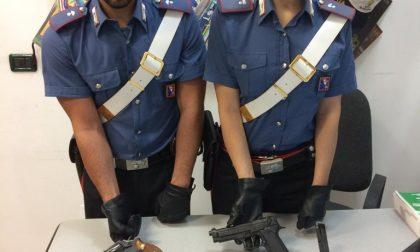 Incensurato nasconde armi e munizioni in casa