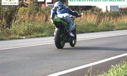 In moto a 186 km/h davanti all'autovelox sollevando la targa. Identificato e patente ritirata