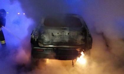 Auto in fiamme sull'autostrada in direzione Genova