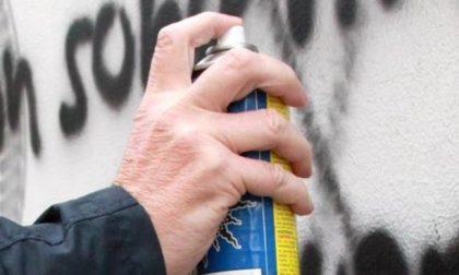Cuneo: svastiche disegnate davanti al monumento della Resistenza