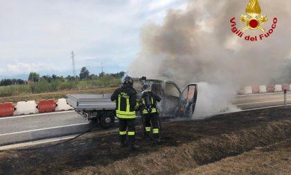 Furgone in fiamme sulla A33 Cuneo- Asti