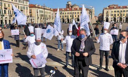 Ristoratori e albergatori in piazza a Cuneo, flash mob contro il Dpcm