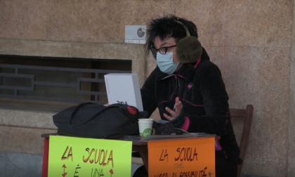 Protesta Liceo Peano-Pellico, un'altra docente ha scelto di far lezione davanti all'ingresso dell'istituto