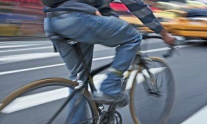 Ciclista investito da un auto… ma la colpa è sua perché era ubriaco