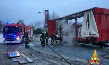 Autocarro a fuoco a Beinette, tempestivo intervento dei Vigili del fuoco