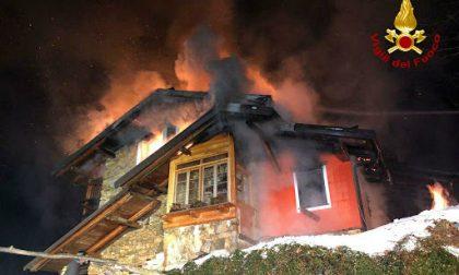 Intera abitazione in fiamme nella notte nel Cuneese