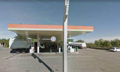 Fa 65 transazioni bancomat per 6 euro in 55 minuti dal benzinaio per il Cashback