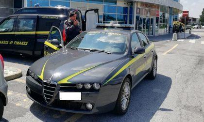 Tabacco di contrabbando e 30mila euro non dichiarati, sequestri e sanzioni all'aeroporto di Cuneo