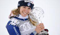 La campionessa di sci Marta Bassino alza al cielo la Coppa di Gigante