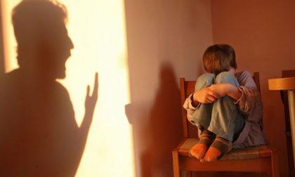 Violenze fisiche e verbali sui bambini, arrestata insegnante di una scuola materna