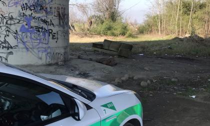 Parti meccaniche, ricambi di auto e addirittura un divano abbandonati per le strade di Bra