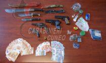 Droga e non solo, gli spacciatori arrestati nel cebano in casa nascondevano 4 pistole e un machete