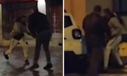 Il video dell'aggressione alla troupe televisiva, giornalista ferita con una catena