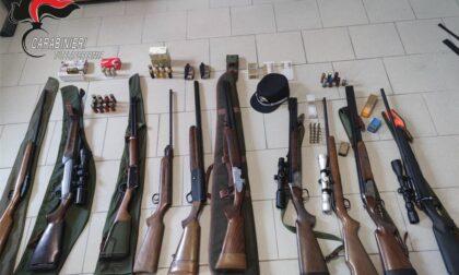 Tenevano fucili carichi in casa anziché nei luoghi legalmente denunciati: sequestrate 25 armi da fuoco