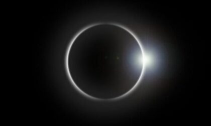 """Sguardo e occhi (protetti) al cielo per la """"mini eclisse"""""""