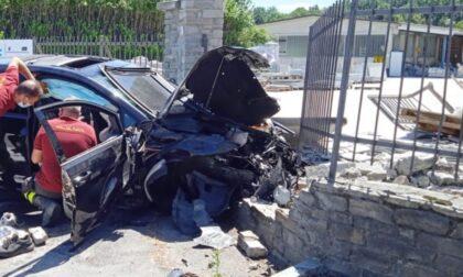 In auto contro un muro: muore ragazza 25enne, ferito in modo grave un 22enne