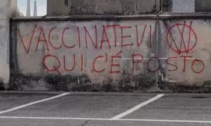"Raid ""No Vax"" nei cimiteri di Cuneo: ""Vaccinatevi qui c'è posto"""