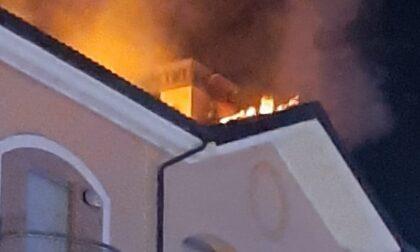 Incendio a Savigliano nella notte: a fuoco il tetto di una palazzina
