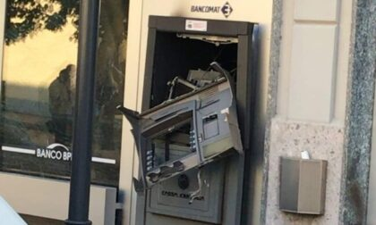 Ladri da strapazzo fanno esplodere il bancomat... e bruciano i soldi