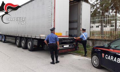 Migranti diretti in Francia s'intrufolano sul camion sbagliato e finiscono... a Mondovì