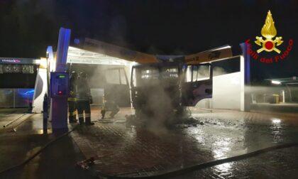 Autocarro prende fuoco in un autolavaggio di Montà d'Alba